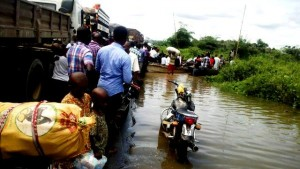 For most parts of last week, commuters on the Calabar/Itu Federal Highway were stranded as the road was completely flooded and impassable. While some commuters abandoned their trip by road, those seen in this picture took turns waiting to be ferried by canoe, across the expansive flooded portions of the road.