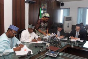Amaechi signing the contract papers