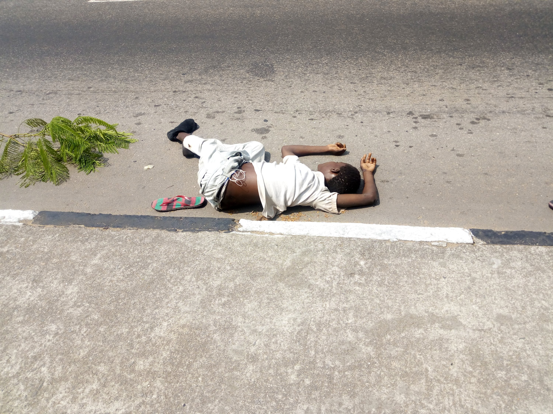 BREAKING: Unidentified Corpse Lies On Murtala Muhammed Highway Calabar
