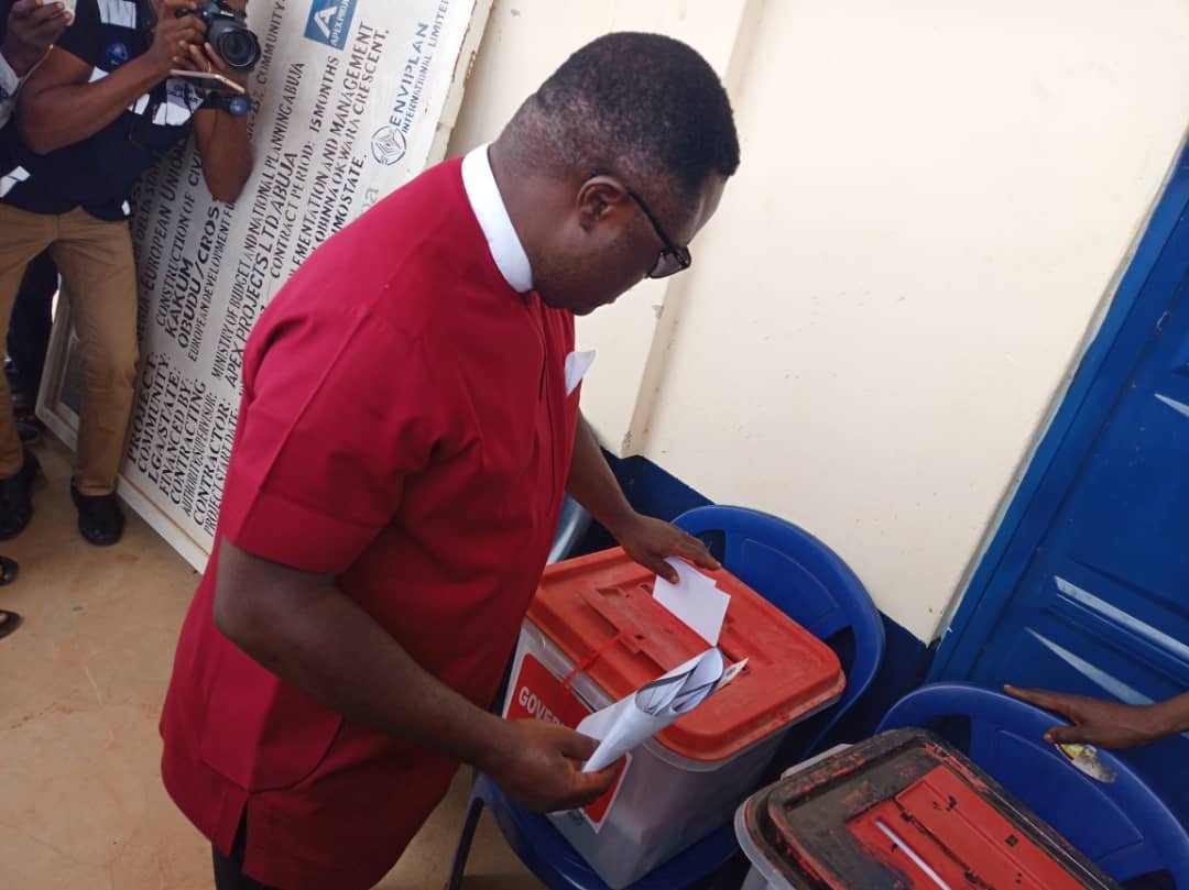 Ayade Votes In Obudu, Expresses Optimism He Will Win